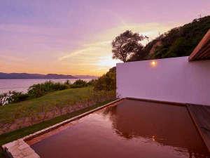 黄金に輝くお湯は海の恵みである塩分を含み、湯冷めしにくく、ツルツルの肌へ導きます。