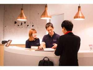 フロントでは日本語・英語の話せるスタッフがお客様をサポートします