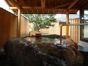男性露天石風呂なんてん。内風呂付き。夜9時までご利用できます。夏のみ朝利用可能です。