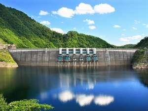 晴れの日の温井ダムと龍姫湖。山と湖が織り成す景観に心も癒されます♪