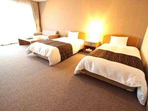全室から美しい龍姫湖が望めます!洋室・和室2タイプの広々としたお部屋でゆっくりおくつろぎ下さい。