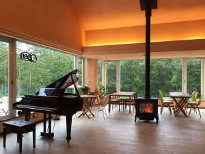*薪ストーブが暖かく燃えるホールではライブイベントも開催しています。