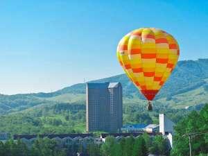 ■外観:夏休みには熱気球からホテルを眺めることもできます。