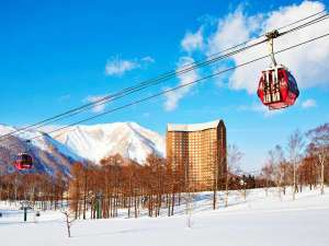 ■外観:ホテルの西と東を挟むような形で配置されたスキー場を結ぶゴンドラとともに。
