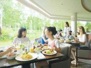 ■食事例/大きな窓と吹き抜けから入る太陽の光が料理をさらに美味しくしてくれます。