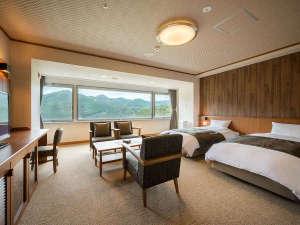 最上階にあるデラックスツイン♪ひろ~い窓から見る鳴子温泉峡は絶景★次の間では布団でもおやすみ頂けます