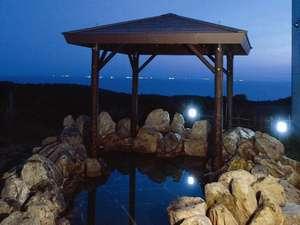 露天風呂です。露天風呂の岩は世界ジオパークで認定された地質を構成するかんらん岩です。(冬期間閉鎖)