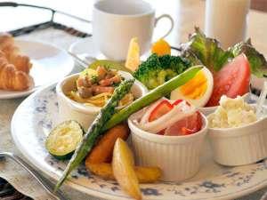 【朝食】朝にピッタリの洋食プレート!焼きたてのクロワッサンはサクサクふわふわです☆