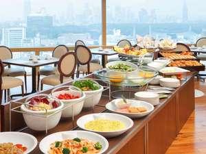 地上100m、最上階25階にある開放的な空間での朝食をお楽しみください。(ア ビエント)