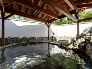*露天風呂/開放的な露天風呂は、夜になるとライトアップされます。是非、ご入浴ください。