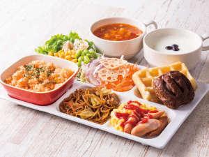 ◆盛り付け例◆ピラフやワッフルを中心にサラダで彩りUP!焼きそばやスープ、ヨーグルトもお好みで!