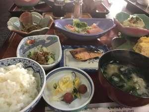 朝食一例 卵焼きや焼き魚、自家栽培の野菜を使った小鉢料理など