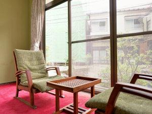 *和室8畳(客室一例)/純和風の客室は気品ある落ち着いた風情。窓から差し込む光とともにお寛ぎ下さい。