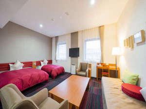 ラージツイン☆ホテル随一の広さの客室。3名までご宿泊可能のゆったりとしたツインルームです。