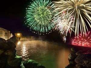 【天空露天風呂TENQOO】湖を移動しながら打ち上げるので、目の前で見られます!※花火大会は10/31迄