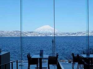 【レストラン】天井高い大きな窓の向こうにはまさに雪に覆われた「蝦夷富士」が望めます。