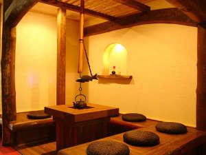 お客様のくつろぎと癒しの空間として、囲炉裏のあるサロンスペースを設けました。