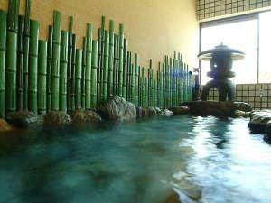 お風呂は柴山温泉柴山温泉の岩風呂。大きなお風呂で心身共に染み渡るぬくもりにゆったり癒されてください。