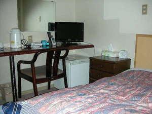 シングルルーム ベッドと机