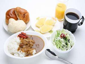一日の元気に!朝カレーはいかがですか?フルーツやコーヒー、パン、サラダもご用意(例)