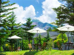 新緑が輝く裏磐梯。澄んだ空気と鳥のさえずりに包まれて、雄大な磐梯山を望む。