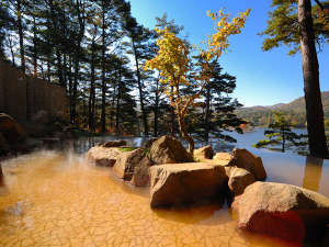 源泉かけ流しの温泉は美容成分を豊富に含む「美肌の湯」。桧原湖一望の絶景露天も♪