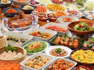 色とりどりの豊富な料理が並ぶ、約50種類の和洋中バイキングメニュー例