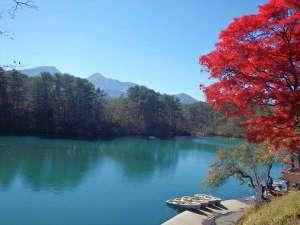 紅葉の毘沙門沼。美しい湖面の青に、紅葉が映えます。