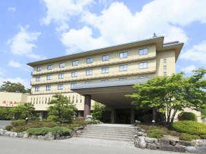 ホテルさつき外観(昼)。四季折々に美しく表情を変える山々に囲まれております。