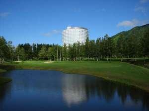 【ニセコビレッジ ゴルフコース】 ホテルを出るとすぐにスタートホール。全コースから羊蹄山を望めます。
