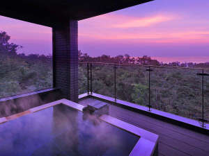 夕暮れに染まる伊豆高原の空と、相模湾を一望