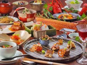 夕食は季節の創作ディナー。お部屋食でゆっくりお召し上がりいただけます。