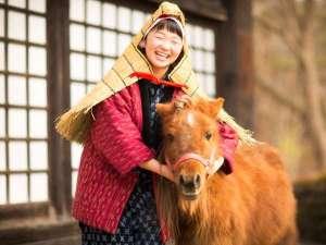 【雪ん子とポニー】お客様を温かくお出迎えいたします。ご一緒に記念のお写真も