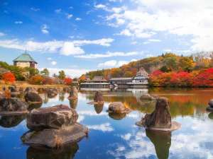 【外観】秋晴れの下、かっぱ沼からのぞむ青森屋