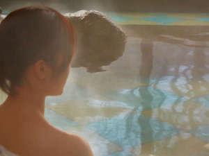 露天風呂で日常の喧騒を忘れ、ゆったりと思いを巡らせる