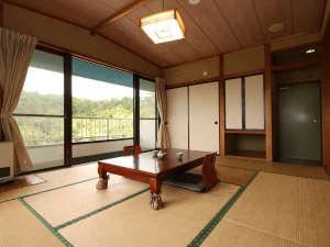 【和室10畳】窓の向こうに広がる庭園は癒される景色が広がります。