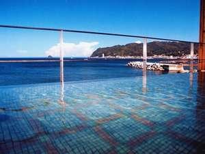 海に面した露天風呂、全身に朝日を浴びると元気一杯になります。
