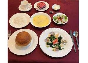 夕食は、地元の金目鯛等の魚料理と熱々のパイドーム