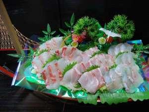 【天然白身魚のお刺身舟盛り(お2人分)】他にも、塩タタキやお魚料理が色々と♪お魚だけでお腹一杯!