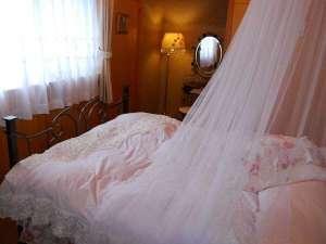 【2階寝室天蓋付きダブルのお部屋】別に、ツインの寝室もあり、当日どちらかお選びいただけます。