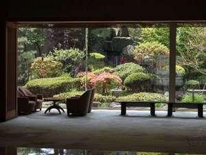 ロビー正面に広がる日本庭園。落ち着きのある雰囲気で心和む瞬間。