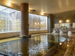 天然温泉の大浴場。「美人の湯」と呼ばれる温泉に多い泉質で、肌がなめらかに。泉質は炭酸水素塩温泉