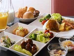 朝食は当ホテル自慢の自家製ベーカリーによる焼きたてパン、カレー、サラダなどを無料でご利用頂けます