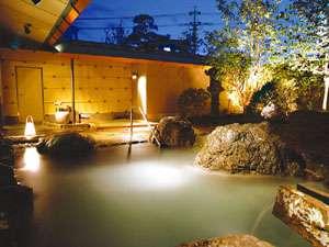 風情豊かな「湯美苑」の露天風呂。夜空を見上げながら浸かる温泉は最高♪