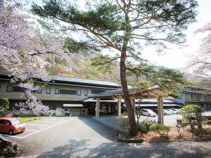 桜の時期の山水閣外観