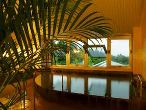 高原も見渡せる3階展望風呂。猪苗代湖を眺めながらゆっくりと温泉をご堪能ください♪