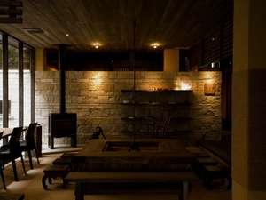 大人の空間を演出した、囲炉裏や薪ストーブ等を完備した【談話室】で、語らいのひとときを…