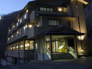 錦彩館は帝釈峡の中央に位置しています