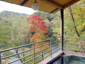 露天風呂からは神龍湖が見わたせます