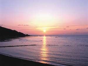 6月ごろの袖ヶ浜へ沈む夕日。5月~8月初旬が見ごろです。